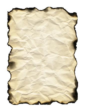 quemado: Antiguo hoja de papel con los bordes quemados aislado en fondo blanco