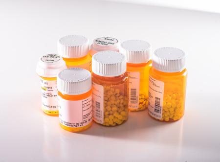 Sieben Flaschen Medikamente verschiedener Arten Standard-Bild - 84263868
