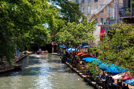 Brightly colored umbrellas along the San Antonio Riverwalk. Zdjęcie Seryjne