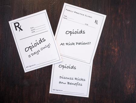 Recetas de opiáceos con advertencias para analizar los riesgos, los beneficios, el paciente en riesgo y la dosis a corto plazo Foto de archivo - 85455702