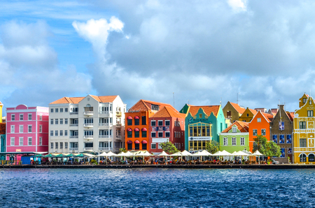 Brightly colored buildings lined up on the harbor in Curacao Zdjęcie Seryjne