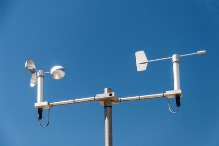Mini Estación meteorológica contra el cielo azul
