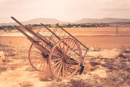 carreta madera: Viejo vagón de madera rota