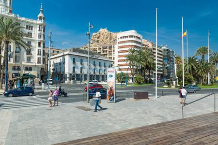 Alicante, España - septiembre de 2015: Plaza 'Plaza Puerta del Mar' en el día de verano