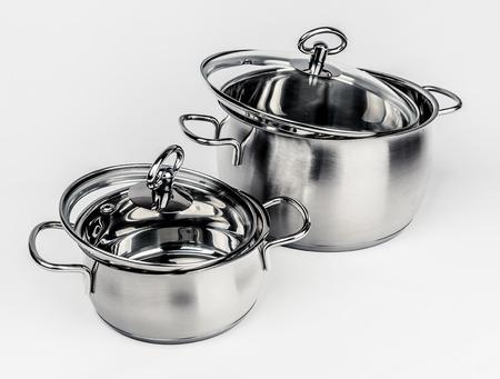 utensilios de cocina: Dos ollas de metal stock con tapa de vidrio. utensilios de cocina