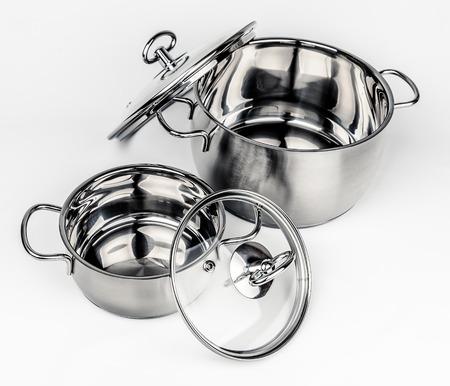 cookware: Dos ollas de metal stock con tapa de vidrio. utensilios de cocina