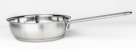 utensilios de cocina: Metal cubeta en el fondo blanco. utensilios de cocina