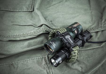 Militärparacord armband taktische fackel und fernglas auf army