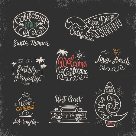set di icone distintivi ed emblemi con la mano scritta spiaggia della California su uno sfondo nero. Vettoriali