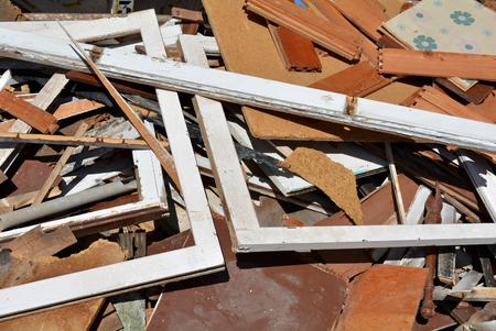 ferraille: Une benne à ordures empilés avec des déchets d'un bâtiment