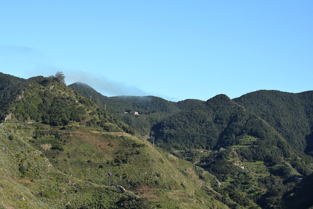 Photo of a mountain range with a few houses 版權商用圖片