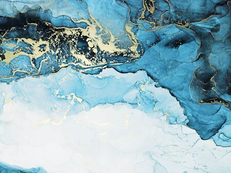 Alcohol Abstract. Sky color, White and Gold Streaks. Clear water Liquid. Water Ink Dots. Aquamarine Pigment Free Hand. Alcohol Ink Drops. Alcohol Background. Imagens
