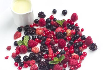 Frutas del bosque bayas con chocolate blanco