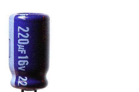 electrolytic: Un condensador electrol�tico de color azul, aislado en un fondo blanco.