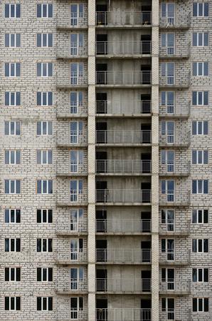 러시아어 칠석 주거 집의 질감 된 패턴 많은 windows와 공사중 발코니 건물 벽 스톡 콘텐츠 - 90797831