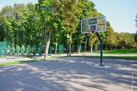 Leerer Straßenbasketballplatz. Für Konzepte wie Sport und Bewegung und gesunde Lebensweise Standard-Bild - 90789412