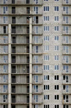 러시아어 칠석 주거 집의 질감 된 패턴 많은 windows와 공사중 발코니 건물 벽 에디토리얼