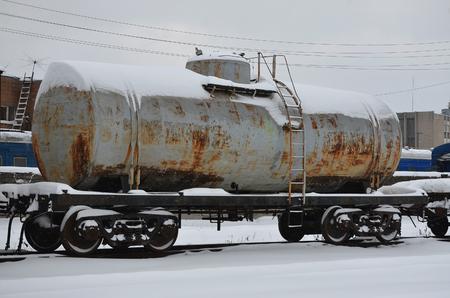積雪凍結の鉄道貨車の詳細な写真。雪に覆われた冬の夜の鉄道の貨物車の部品の一部 写真素材