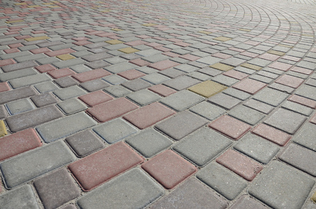 A large area, laid out of paving stone in perspective. Detailed photo of paving stones in the sidewalk avenue close-up Stockfoto