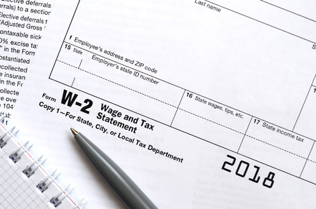 The pen and notebook on the tax form W-2 Wage and Tax Statement. The time to pay taxes Banque d'images