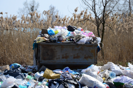 The garbage can is packed with garbage and waste. Untimely removal of garbage in populated areas Stockfoto