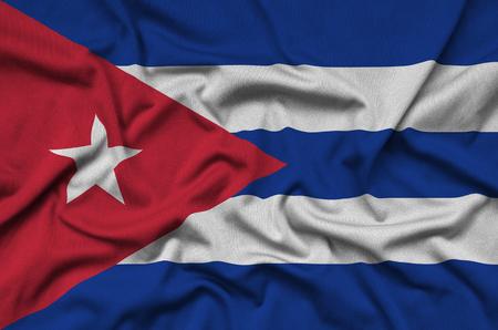 Die Kuba-Flagge ist auf einem Sportstoff mit vielen Falten abgebildet. Sportmannschaft winkt Banner Standard-Bild