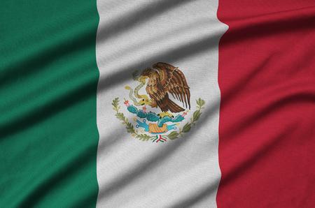 Le drapeau du Mexique est représenté sur un tissu de sport avec de nombreux plis. Équipe sportive agitant la bannière Banque d'images