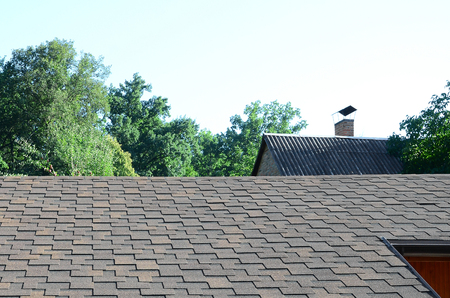 Modern roofing and decoration of chimneys. Flexible bitumen or slate shingles in rectangular shape in perspective. Banque d'images