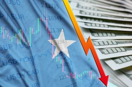 Vlag van Somalië en grafiek dalende Amerikaanse dollarpositie met een fan van dollarbiljetten. Begrip afschrijvingswaarde van de Amerikaanse dollar Stockfoto
