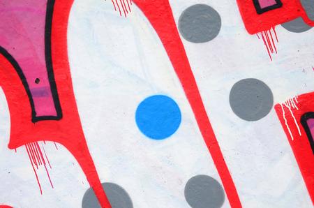 Fragment farbiger Street-Art-Graffiti-Gemälde mit Konturen und Schattierungen aus nächster Nähe. Hintergrundtextur der Jugend zeitgenössischer Kunstkultur. Rosa, rote und schwarze Farben