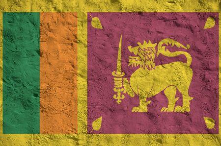Flaga Sri Lanki przedstawiona w jasnych kolorach na starym reliefowym tynku ściennym z bliska. Teksturowany baner na szorstkim tle Zdjęcie Seryjne