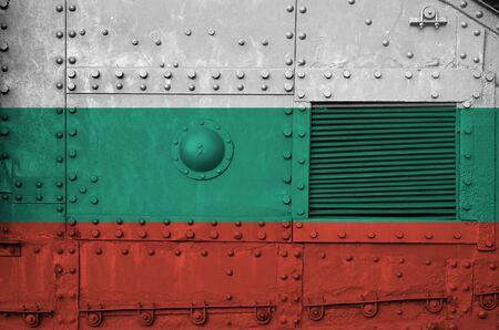 Bulgarien-Flagge auf Seitenteil des militärischen Panzers hautnah dargestellt. Konzeptioneller Hintergrund der Armeekräfte Standard-Bild