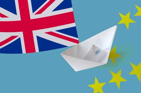 Bandiera di Tuvalu raffigurata sul primo piano della nave di carta origami. Concetto di arti fatte a mano orientali