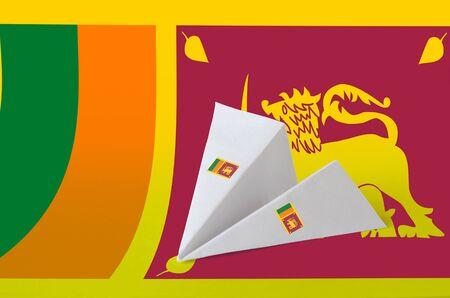 Flaga Sri Lanki przedstawiona na papierze origami samolotu. Koncepcja sztuki orientalnej ręcznie robionej