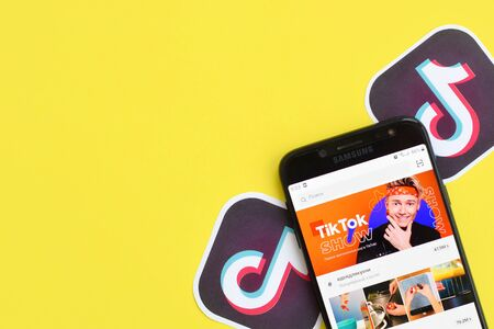 NY, USA - DECEMBER 5, 2019: Tiktok application on samsung smartphone screen on yellow background. TikTok is a popular video-sharing social networking service owned by ByteDance 新聞圖片