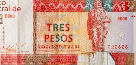 Che Guevara-Denkmal auf kubanischer Banknote von orange drei Pesos Cabriolets 2016 Jahr