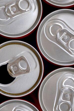 Molte lattine di bibite gassate, limonata, cola, birra o contenitori per bevande energetiche. Molte lattine riciclate realizzate in alluminio e in preparazione per la riproduzione.
