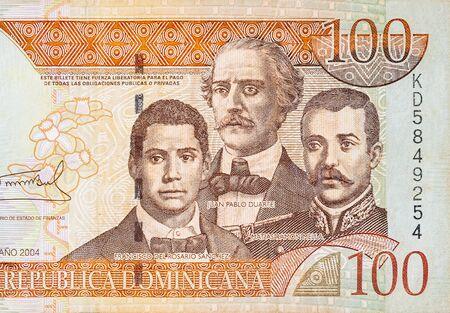Francisco Del Rosario Sanchez ritratto con Matias Ramon Mella e Juan Pablo Duarte raffigurato su una vecchia banconota da cento pesos Repubblica Dominicana. Becco arancione sul lato anteriore