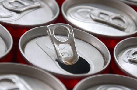Molte lattine di alluminio per bibite si chiudono. Pubblicità per la produzione di massa di bibite gassate o lattine