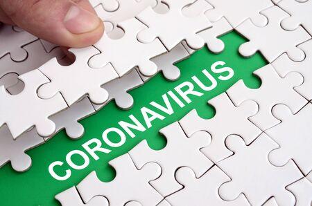 MERS-CoV Nuevo concepto de virus Corona con piezas de rompecabezas. Resumen del síndrome respiratorio de Oriente Medio. Foto de archivo
