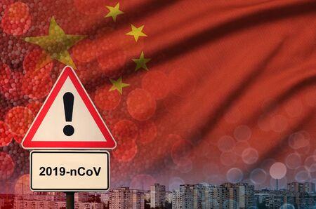 Bandera de China y señal de alerta de virus 2019-nCoV.