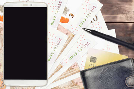 10 British pounds bills and smartphone with purse and credit card. E-payments or e-commerce concept. Online shopping and business with portable devices usage Banque d'images