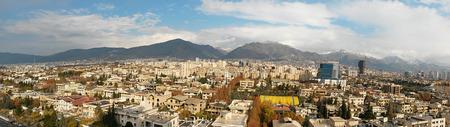 Luftbild Panorama-Ansicht von Teheran Großstadt mit einem wunderschönen Regenbogen Hintergrund