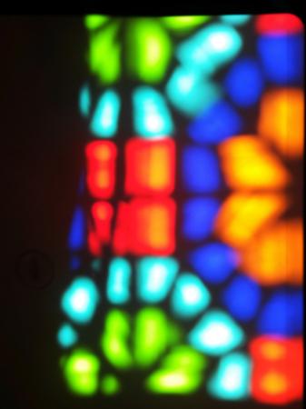 islamisches geometrisches Muster spiegelt sich in einem Fenster