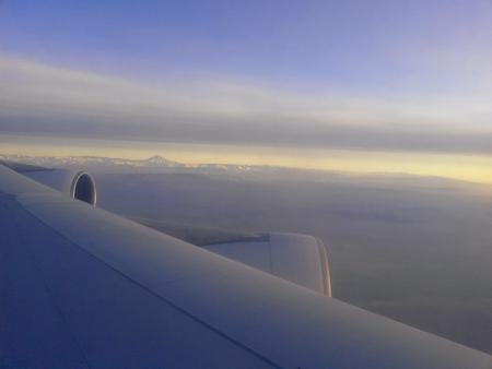 Luftbild von damavand Berg im Sonnenuntergang und von Flugzeugflügel
