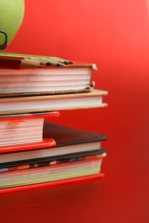 educacion gratis: manzana verde, descansando sobre el libro con placa de tiza como fondo