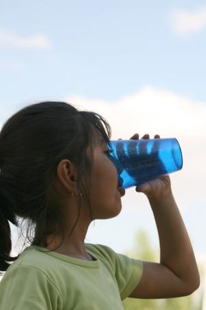 verdunkeln: Kleines M�dchen trinkt Glas Wasser