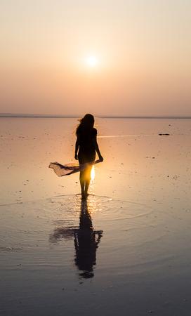 mujer mirando el horizonte: Salt Lake