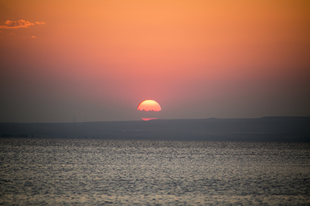 mujer mirando el horizonte: Live at sunset in Salt Lake
