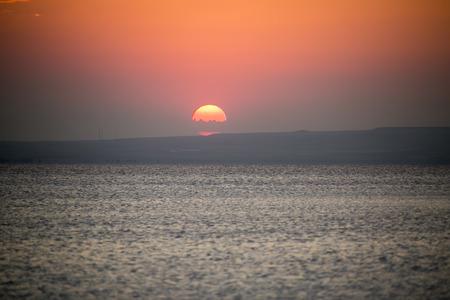 mujer mirando el horizonte: Vivir al atardecer en Salt Lake